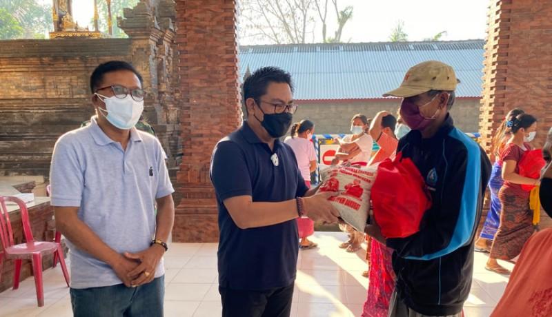 Wakil Waliota Denpasar Serahkan secara simbolis paket bantuan di Desa Padangsambian Kaja